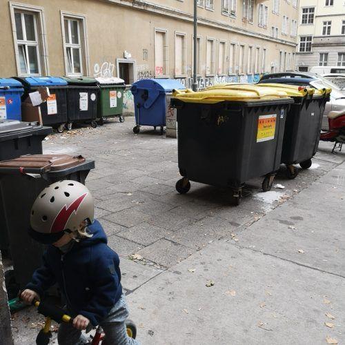 Spielen zwischen Mülltonnen ...