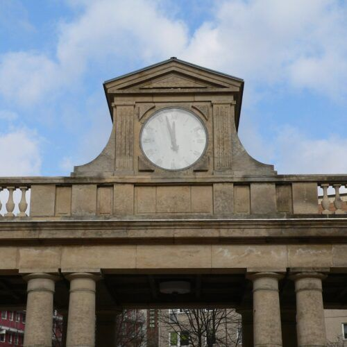 Uhr zwischen Frankfurter Allee 5 + 7